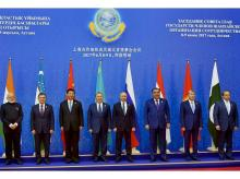 Prime Minister Narendra Modi with the President of Kazakhstan, Nursultan Nazarbayev (4th L), Chinese President Xi Jinping (3rd L), Russian President Vladimir Putin (4th R), Pakistan's Prime Minister Nawaz Sharif (Extreme Right) and other Heads of Del