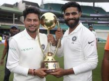 File photo: India's Kuldeep Yadav, left, and Ravindra Jadeja hold the Border-Gavaskar Trophy