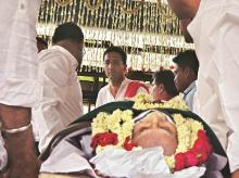 Y C Deveshwar's son, Gaurav, performs the last rites of his father. ITC's longest-serving corporate chief breathed his last on Saturday morning. He was 72 and is survived by his wife and two children (Photo:Sanjay K Sharma)
