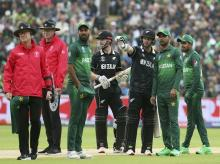 New Zealand's batsman Colin Munro, third from right, gestures as he discusses issues over at the sight screen with Pakistan's Fakhar Zaman, second from right